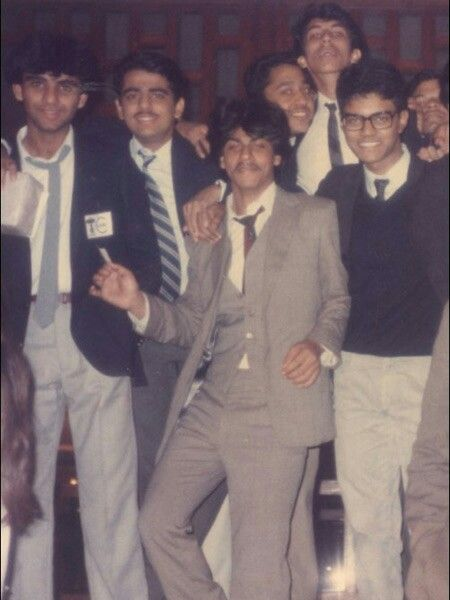Srk in high school wid frnds!!!!