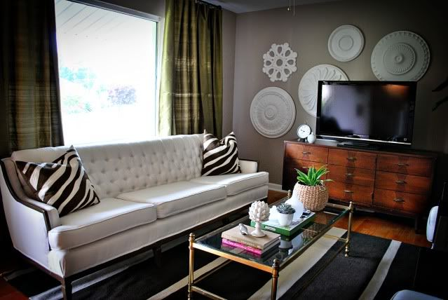 love the coffee table and couchTv Wall, Ceilings Medallions, Living Room, Painting Decor, Ceiling Medallions, Diy Wall Art, Painting Ceilings, Gray Wall, Gray Painting