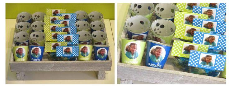 Bolletjes thema in blauw en groen voor Alexine: Voor de kindjes snoepzakjes gevuld met een mengeling Haribo snoep met afwisselend een groen en een blauw label en voor de volwassenen een gepersonaliseerd glazen theelichtje eveneens in blauw en groen