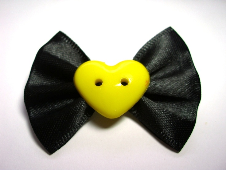 Laço tamanho GG.  Fita de cetim preta e coração amarelo.  Muito fashion!