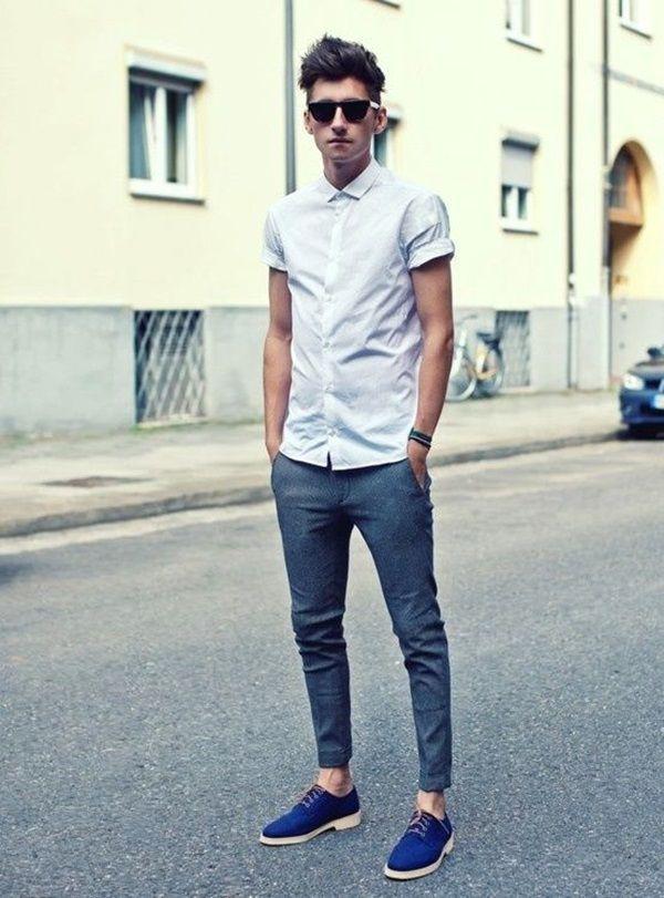 Moda descolada, camisa branca, calça chino skinny azul e tênis casual azul, preto ou branco