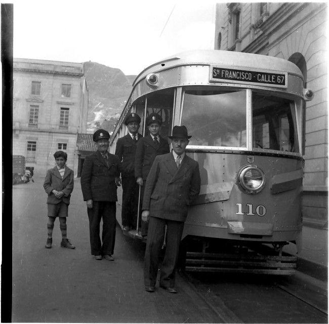 Vista frontal del tranvía que hacía la ruta San Francisco-Calle67 / Daniel Rodríguez / 1945 / Colección Museo de Bogotá: MdB 19141 / Todos los derechos reservados