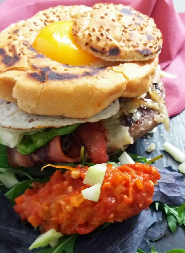 Hamburguesa de Black Angus con picada de tomate, huevo y rúcula http://www.carnivorosgourmet.es/ver_recetas_gourmet.php?id_receta=384 #recetas #gastronomía de Rubén Cordero                                                                                                                                                      Más