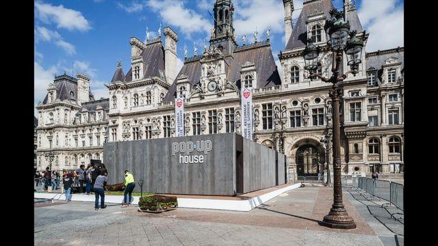 Montage d'une Pop Up House, en 12h, sur le parvis de l'Hotel de Ville de Paris, le 14 mai 2016 à l'occasion de la Journée Nationale de Solidarité Logement.