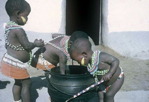 Africa | Xhosa kiddies at a food pot. Transkei, South Africa.  ca. 1960  | ©Lister Haig Hunter