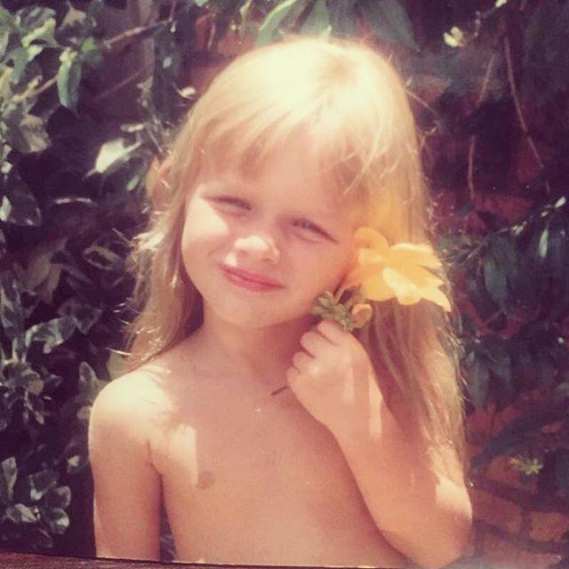 Fiorella Mattheis relembra foto de infância que é pura fofura