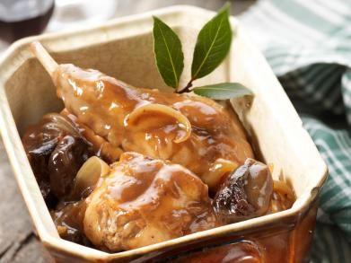 Konijn met pruimen is een Belgisch gerecht dat meestal in de winter wordt opgediend. Vaak wordt het konijn in bier gestoofd.