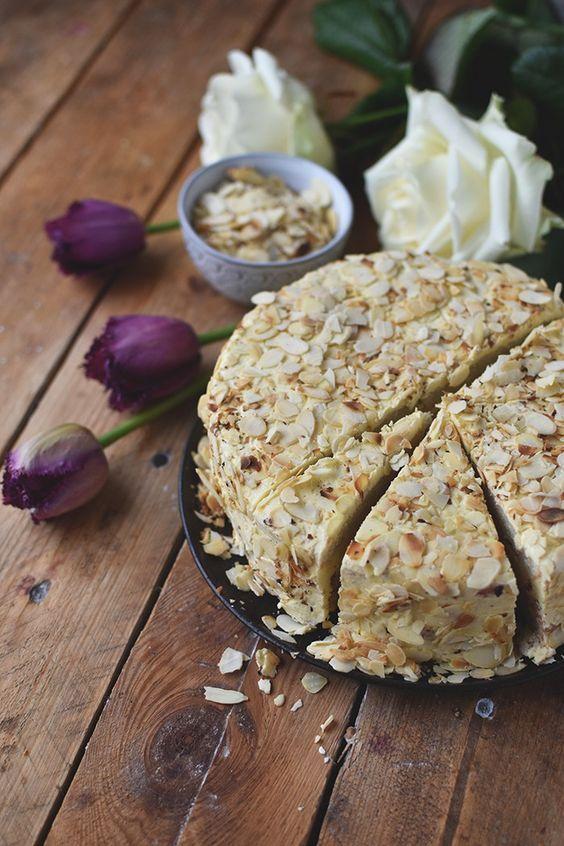 Cremige Mandeltorte nur mit gemahlenen Mandeln gebacken und somit glutenfrei. Dazu eine herrlich sahnige Vanille-Creme und knusprige goldbraune Mandelblätter.