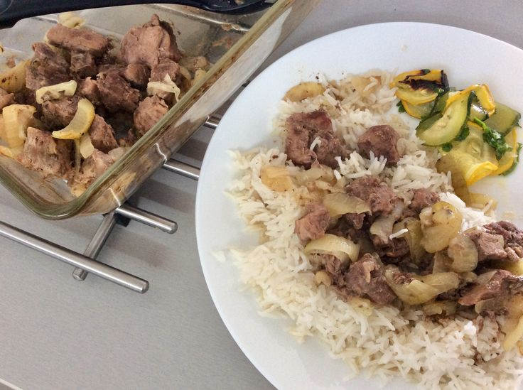 Kančí kýta pečená na cibuli, rýže a salát z pečené cukety, petrželky, citrónové šťávy a olivového oleje