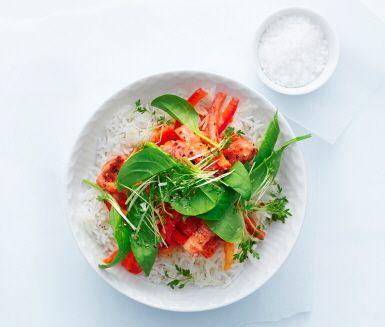 Korv stroganoff med krossade tomater som bas gör korvgrytan lite nyttigare. Särskilt när korven får sällskap av paprika och lök i grytan. Servera med råris och babyspenat samt krasse.