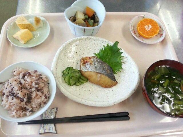 1月5日。あずきご飯、魚の香味焼き、だし巻き卵、五目野菜煮、小松菜すまし汁、みかんでした!563カロリー、たんぱく質26g、塩分3.3gです♪