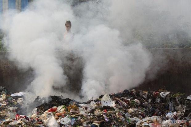 La basura se quema en la calle, en la Zona de Desarrollo Económico de la Bahía de Hangzhou.    © Qiu Bo / Greenpeace