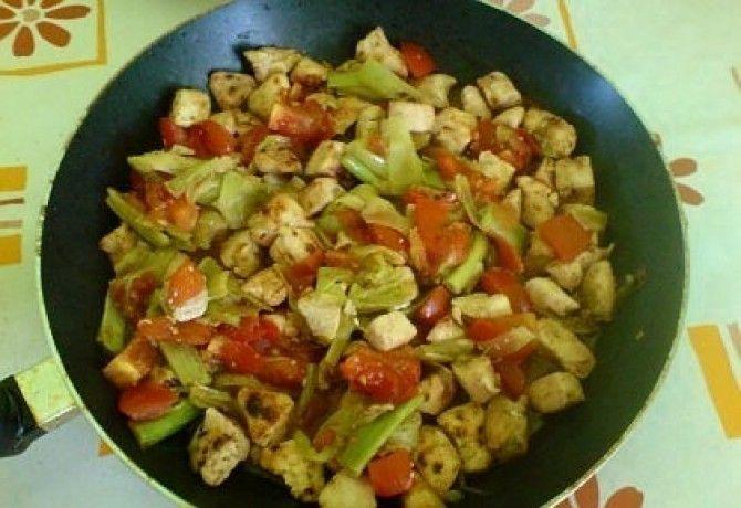 Serpenyős csirke burgonyával recept képpel. Hozzávalók és az elkészítés részletes leírása. A serpenyős csirke burgonyával elkészítési ideje: 35 perc