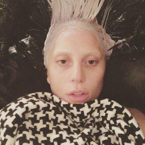 Las actrices se muestran sin maquillaje en las redes sociales. • LADY GAGA •  Lady Gaga siempre va un paso más allá y no sólo se hace un selfie con la cara lavada, sino que además se está aplicando el tinte. Lista para ser la huésped estrella del 'American Horror Story: Hotel'.