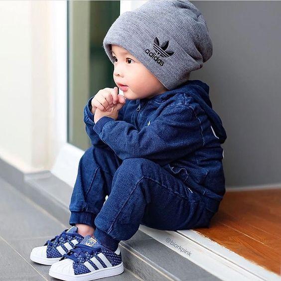 bébé garçon regarde