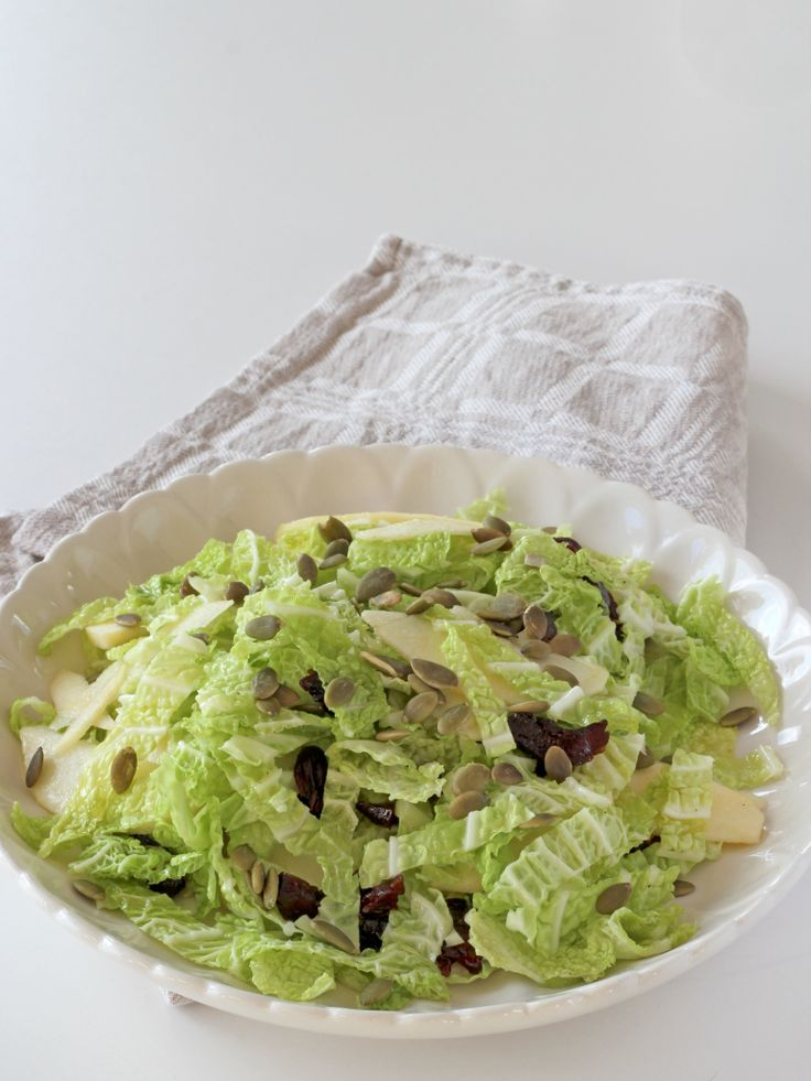 Savoykålssallad med äpple och katrinplommon.  Savory cabbage salad with apples and prunes.