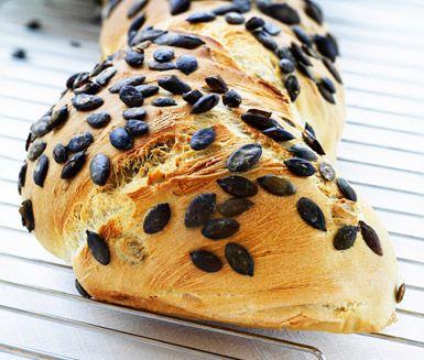 Ett delikat recept på bondbröd med pumpakärnor som är utsökt att servera till middagen. Du gör brödet av bland annat jäst, rågsikt, vetemjöl, olivolja och pumpakärnor. Brödet blir stiligt med de mörka kärnorna.