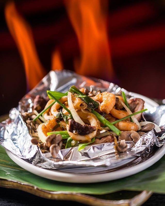 Sugestão para o jantar: os cogumelos butter yaki, servidos no papel-alumínio com lula ou camarão (R$ 46) é uma das novidades do menu de outono do restaurante japonês Ten Kai (RJ) (📷 divulgação/ Filico) #dinner #mushroom #lula #camarao #frutosdomar #seafood #suareceitanamenu