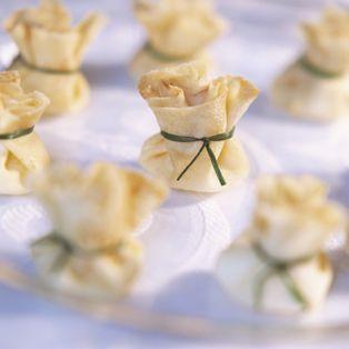 Una receta facil y rapida. Recetas de salmón. Ingredientes: queso de cabra (por ejemplo: montenebro), cebolla roja, salmón fresco, masa de empandilla o brik. Pa