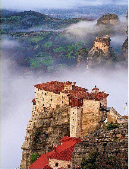 """Reliés au ciel, les monastères chrétiens orthodoxes posés sur les roches usées par le temps, roches appelées """" météores"""" car """"envoyées par le ciel """" pour permettre aux religieux de s'isoler dans la prière. / Meteora, Greece, Grèce."""