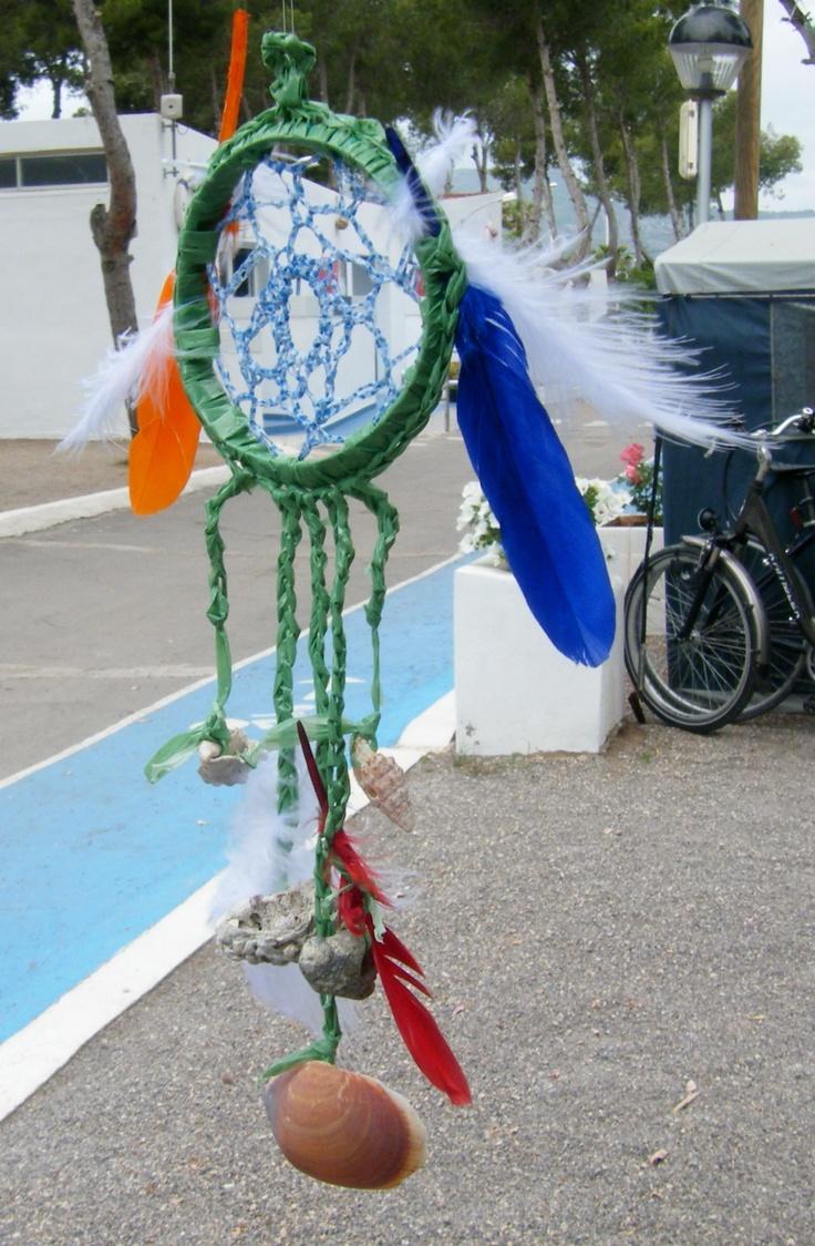 dreamcatcher/dromenvanger gemaakt van plasticafval en strandvondsten crea van Marjo viva la vida