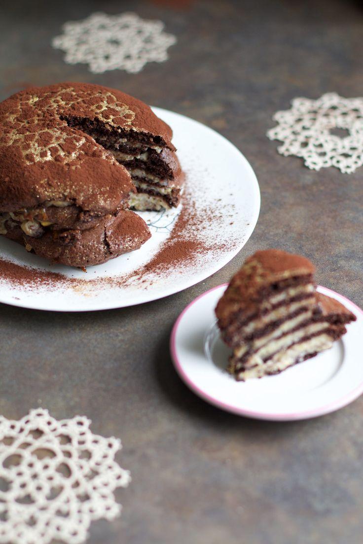 Вчера от нас уехали гости, и безутешная Хлоя попросила сделать шоколадный торт. И мы его сделал - без муки, без масла, всё, как мы любим. Начинка - бананы - запекается…
