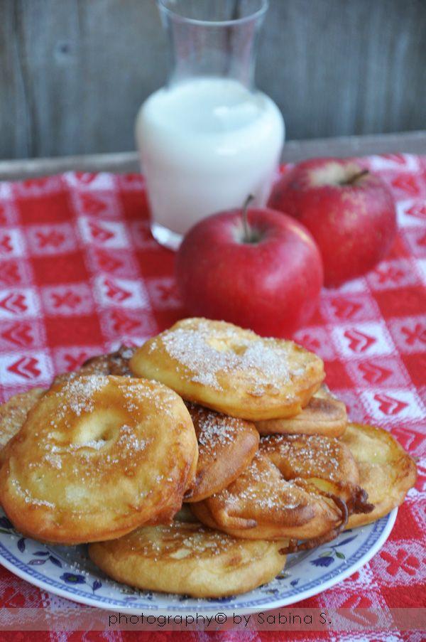 """""""Apfelkiechl""""2mele,togliere torsolo e affettarle a dischi alti circa 1 cm.Pastella: 130g farina in una ciotola, 130ml latte e mescolate bene.Unite 2 tuorli,1/2 bustina zucchero vanigliato,1 cucchiaio olio semi. mescolate bene.2 albumi a neve con un pizzico sale e 1 cucchiaio zucchero e uniteli alla pastella. immergete le mele nella pastella e friggetele in olio bollente da entrambi i lati. Passatele su carta assorbente e spolveratele con 3 cucchiai zucchero+1 cucchiaio cannella in polvere"""