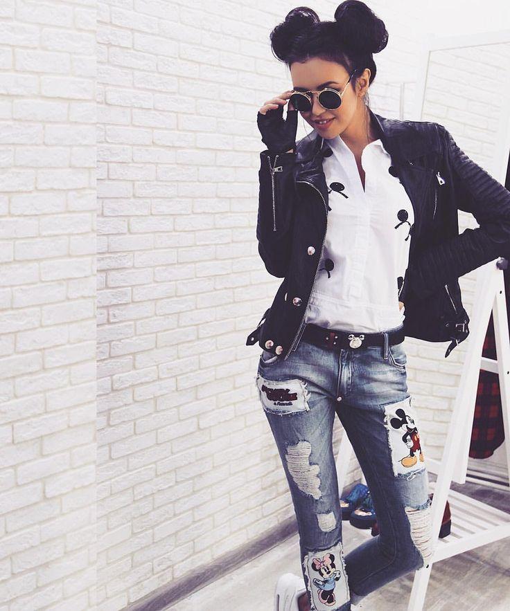 Ставь лайк, если согласна носить такое каждый день и быть главной в любом месте любого времени дня ❤️ Дерзкий внешний вид, которому подражала Лана Дел Рей и который лелеял Джеймс Дин   Чёрная косуха для настоящих оторв  В противовес и одновременно в дополнение ей рваные (только специально!) джинсы с Микки-маусом! ♀️⚖️ Ого! Рубашка из 100% хлопка тоже входит в костюм, судя по всему, это самый бомбический лук грядущей весны  Тоже с минималистичным принтом мышон...