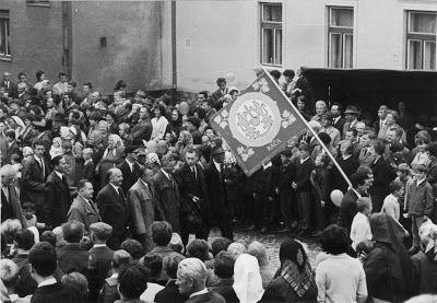 Prvé celomestské vinobranie v Rači roku 1967 - čelo sprievodu s vlajkou