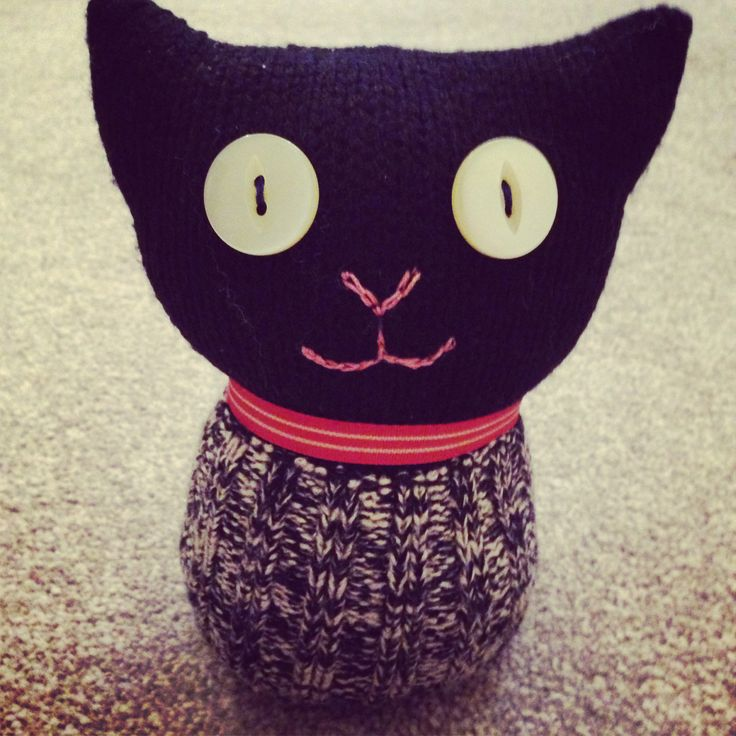Woolie Wonder: Old sweater sleeve and cuff transformed into this cute little kitty cat. Meow!