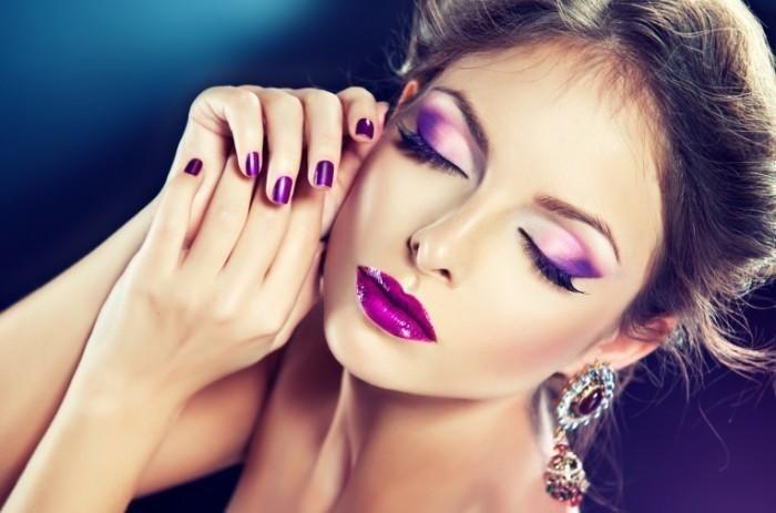 Яркий, броский макияж для весны – это вовсе не вечерний макияж. Он должен быть воздушным, легким, придающим лицу свежесть – вот его основные критерии. Если вы используете яркие краски в макияже, то они должны гармонировать с цветом и общим стилем вашего наряда. И если вы выбрали яркие тени для глаз, то губы лучше накрасить нейтральным цветом. И наоборот.  В этом сезоне популярны тени следующих цветов: бирюзовый, ярко-голубой, изумрудный, золотой, индиго, морковный, розовый и фиолетовый…