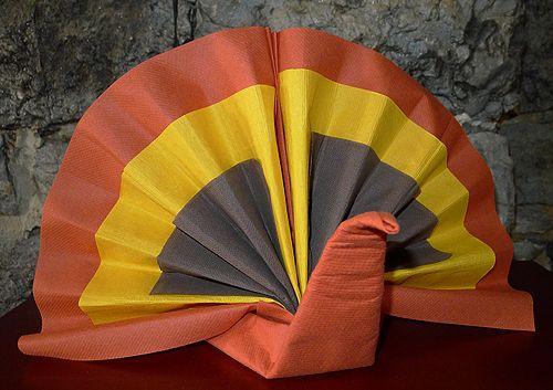 Pliage de serviette en forme de dinde de no l ou pour thanksgiving plier un - Plier serviette de table ...