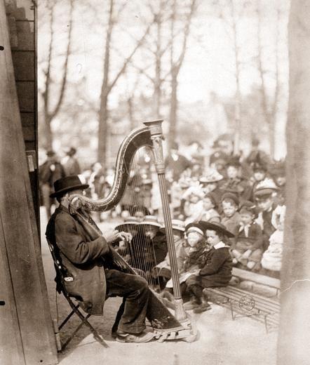 Eugène Atget Théatre de Guignol au jardin du Luxembourg Tirage entre 1898 et 1900 d'après négatif de 1898 ou 1899 - Eugène Atget