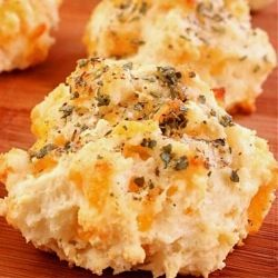 Garlic Cheddar Biscuits (a la Red Lobster) Unbelievably simple to make at home!