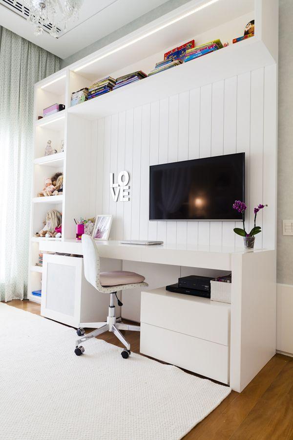 No canto de estudo da menina, painel de madeira branco e tons rosados para deixar o espaço bem feminino. Vem ver mais no blog!