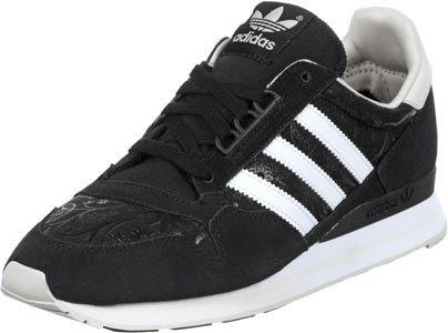 De Adidas ZX 500 OG bewijst hier wederom, dat deze uitsluitend voor dames is! Deze sportieve Running-sneaker komt hier in een bijzonde variant:De zwarte canvas bovenkant wordt namelijk voorzien van een galnzend, zwart bloemenpatroon. Deze is zo discreet, dat deze bij alles past. De veters in het zwart en de zwarte suede overlays geven deze een iets robuustere look, anders komt de schoen te girly over.- witte strepen- gestoffeerde kraag- zwarte veters- logo-patch op de tong- hielstabilisator…