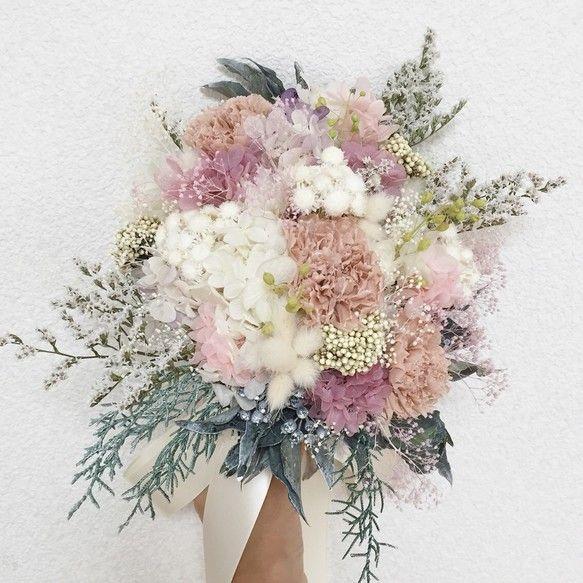 霞みがかった印象の儚げで繊細なbouquet…♡ 複雑な色味を入れつつも、優しい色合いがまとまりを持ち、ワンランク上の表情を出してくれています꒰๑´•.̫ • `๑꒱シャギーな質感のタタリカをメインに、カーネーションとクリームホワイトの小花達…♡カラーグラデーションがキレイなアジサイ*ふわふわの質感が印象的なハニーテールアイビーやブルーアイスのウォッシュホワイトなグリーン達… いろんな表情を見せてくれる、とっても繊細なbouquetになりましたヾ(◍'౪`◍)ノ゙すべてプリザーブドフラワーでお作りしております♡直径…