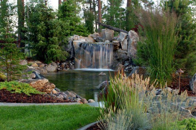 Wasserfall im Garten-Ideen-Naturlook-Bachlauf-Teich-Wasseranlage