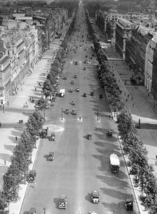 Paris les Champs-Elysées en 1928