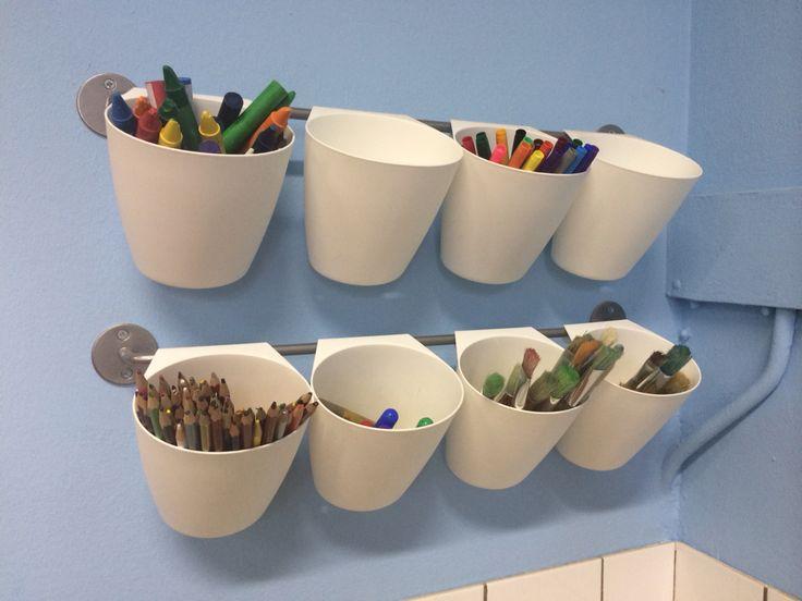 Ikea bakjes aan een metalen stang, ook erg handig voor stiften, potloden, etc ..