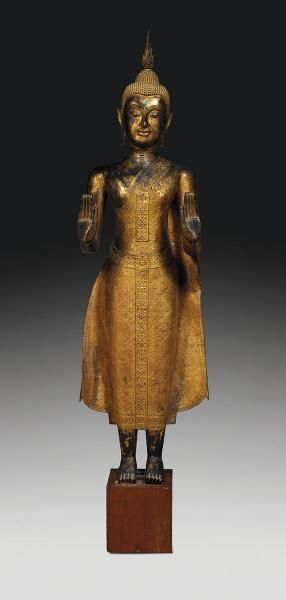 TRÈS GRANDE STATUE DE BOUDDHA SHAKYAMUNI en bronze laqué, doré et rehaussé de…