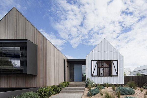 This house is located in old Barwon Heads on a street which accommodates an eclectic mix of post war beach houses dominated by single storey weatherboard dwellings. Contemporary architectural houses are now weaving their way into the surrounding streets, a reflection of a shifting property market.