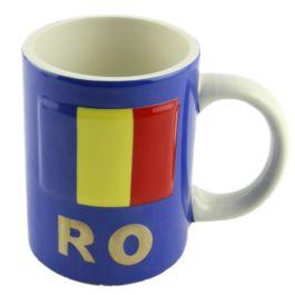 Alb smaltuit pe interior si albastru pe exterior, aceasta cana realizata din ceramica este personalizata cu steagul Romaniei, in binecunoscutele-i culori albastru, galben si rosu, dar si cu indicativul reprezentativ al tarii (RO), intr-o nuanta de cupru.Produsul face parte din colectia Art&Craft. (ceramic cup Romania)