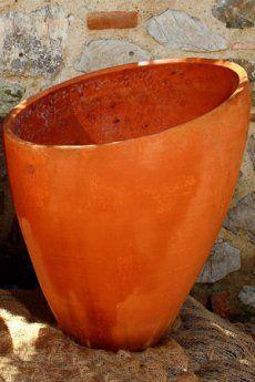 Vaso con apertura obliqua cm 51 x 48 x H65  - Il vaso con apertura obliqua è un arredo di moderno design.  - E' un bellissimo elemento di arredo, che ben si adatta anche ad ambienti interni, come case, ville o appartamenti. Il giardino naturalmente rimane l'ambiente prediletto del vaso in terracotta, che ben si sposa con il colore rosato.