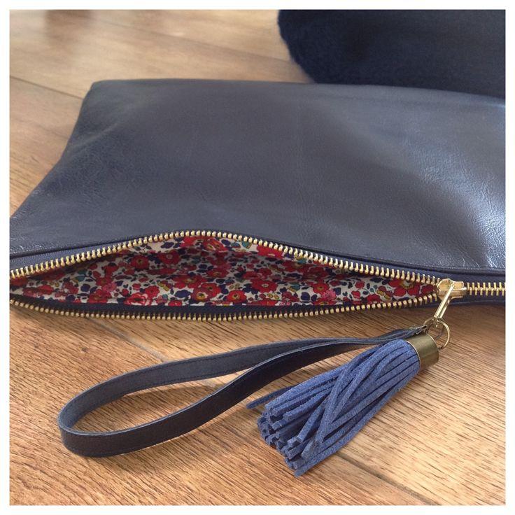 DIY Une pochette cuir et Liberty. (http://www.unepouleapetitspas.com/la-fixette-bleu-marine-1/)
