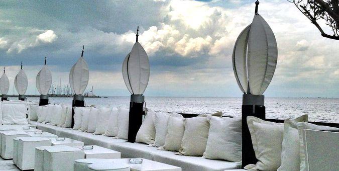 Τα café bar που παρατάσσονται πάνω από την θάλασσα προσφέρουν υπέροχη θέα προς αυτή