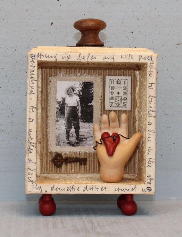 """Conjunto arte Santuario caja de sombra objetos encontrados mixta miniatura Vignette """"Chica atrevido"""" de nunnsense en Etsy https://www.etsy.com/mx/listing/521145305/conjunto-arte-santuario-caja-de-sombra"""