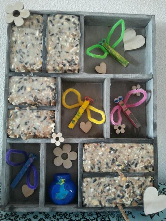 Letterbak met libelles en vogelvoer - gemaakt voor opa's verjaardag met de kleinkinderen