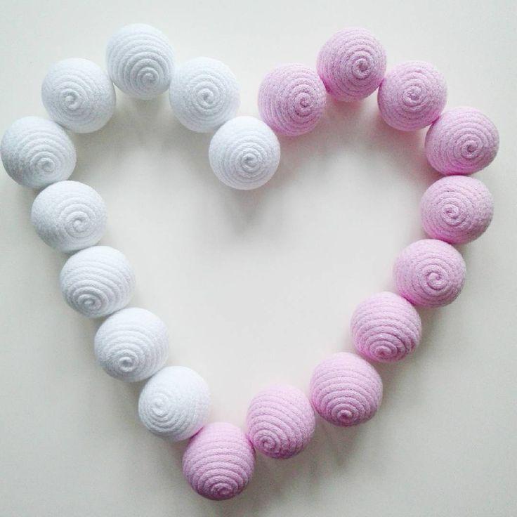 Miłego dnia :-) #pokojdziewczynki #girlsroom #pokojdziecka #kidsinterior #kidsroom #girlandy #dekoracjawiszaca #kulawiszaca #dekoracjewnętrz #różowe #bialy #serce #heart