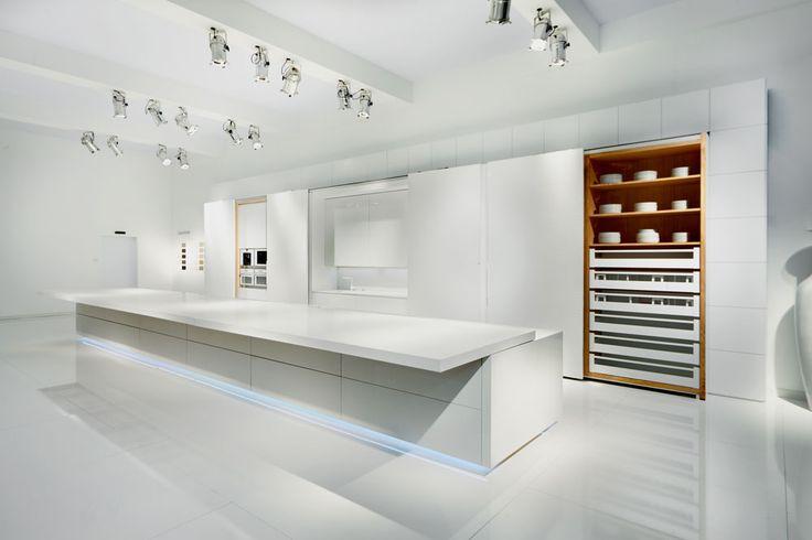 מטבח שכולו מחופה לוחות דקיקים של ''אבן קיסר''. כשהדלתות סגורות המטבח נראה חלק לגמרי, נטול אלמנטים פונקציונליים ( צילום: באדיבות אבן קיסר )